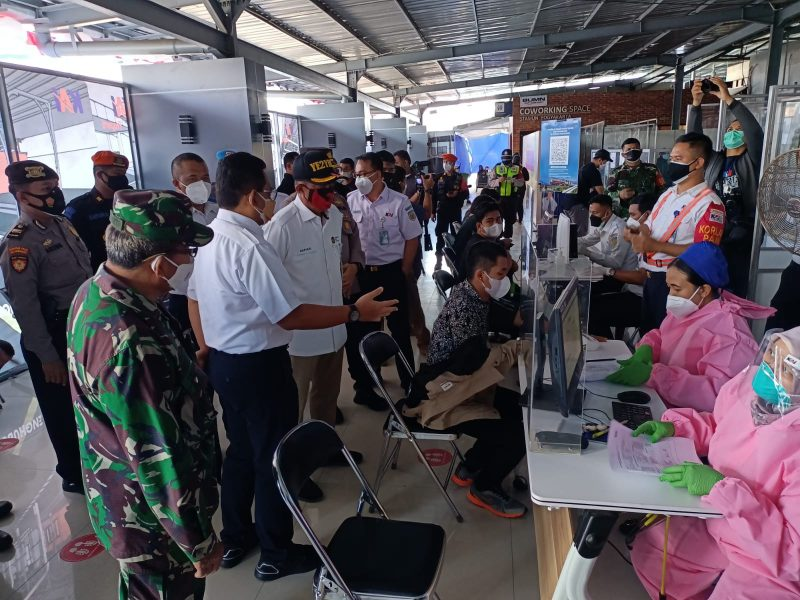 Walikota Yogyakarta melihat jalannya vaksinasi disela-sela hadiri pencanangan Stasiun Tugu Kawasan Wajib Masker.  (Foto: dokumentasi Kodim Yogya)