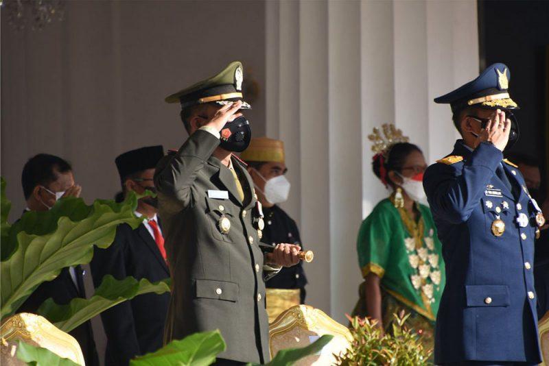 Komandan Korem 072/Pamungkas Kolonel Inf Afianto bersama dengan Forkopimda DIY mengikuti Upacara Pengibaran Bendera Merah Putih di Istana Kepresidenan Gedung Agung. (Foto: Penrem 072/PMK)