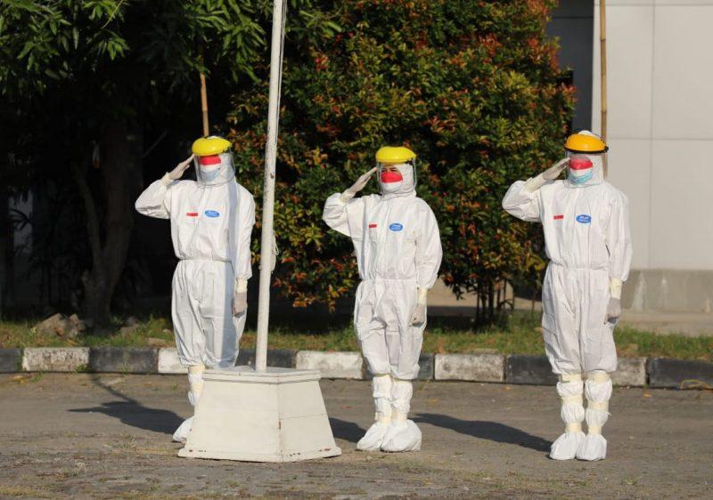 Selain Enrica dan Ahmad, para petugas upacara di Donohudan memang mengenakan pakaian sesuai protokol kesehatan, termasuk Gubernur Jawa Tengah, Ganjar Pranowo yang menjadi inspektur upacara. (Foto: Humas Jateng)