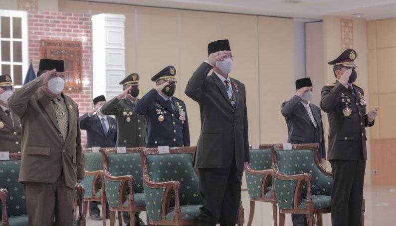 Gubernur DIY, Sri Sultan Hamengku Buwono X mengikuti Upacara Penurunan Bendera Sang Merah Putih pada Peringatan HUT ke-76 Kemerdekaan Republik Indonesia secara daring. (Foto: Humas Pemda DIY)
