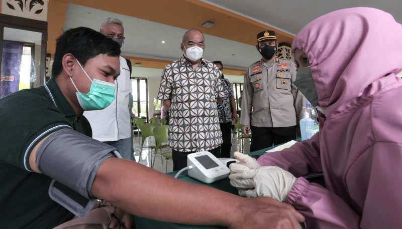 Wagub DIY sekaligus Ketua Gugus Tugas Penanganan Covid – 19 DIY, KGPAA Paku Alam X tinjau pelaksanaan vaksinasi di Rest Area SPBU Ambarketawang, Sleman. (Foto: Humas Pemda DIY)