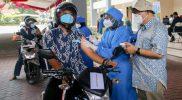 Wakil Gubernur DIY, KGPAA Paku Alam X menyaksikan pelaksanaan vaksinasi 'Drive Thru' yang digelar di UGM. (Foto: Humas Pemda DIY)