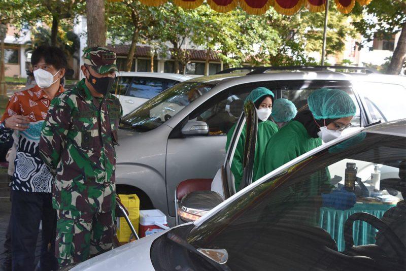 Danrem 072/Pmk Kolonel Inf Afianto meninjau pelaksanaan vaksinasi di Universitas Muhammadiyah Yogyakarta. (Foto: Penrem 072/Pmk)