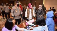 Bupati Sukoharjo, Hj Etik Suryani SE MM memantau pelaksanaan vaksinasi di Hartono Mal Solo Baru yang digelar oleh TNI-Polri. (Foto: Humas Pemkab Sukoharjo)
