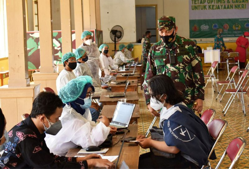Dandim 0734/Kota Yogyakarta Letkol Inf Erwin Ekagita Yuana, S.I.P., M.Si didampingi Bapak Hasto meninjau langsung Prosesi pelaksanaan Vaksin ini. (Foto:Pendim 0734/yka)