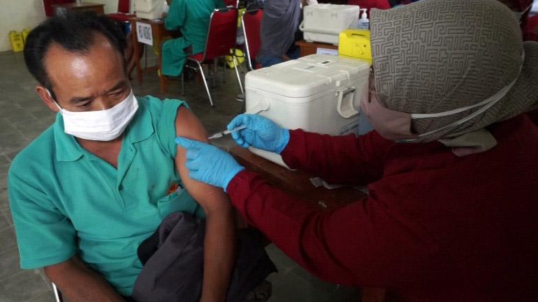Warga dua kecamatan di lereng Gunung Merapi menerima vaksinasi dosis pertama. (Foto: Diskominfo Boyolali)