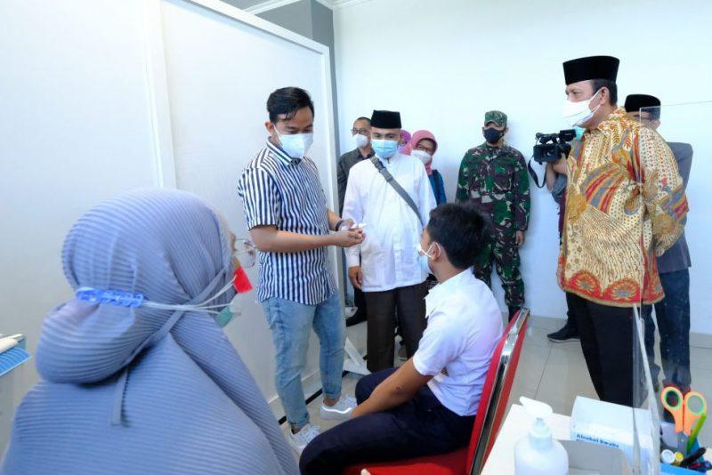Kepala BNPT Komjen Pol Boy Rafli Amar, bersama Wali Kota Surakarta Gibran Rakabuming meninjau pelaksanaan vaksinasi di RSUD Bung Karno. (Foto: Humas Pemkot Surakarta)