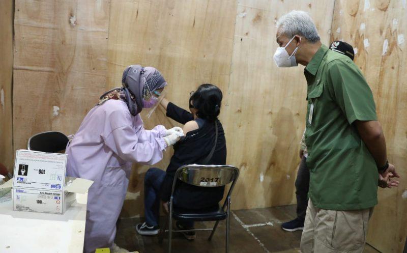 Gubernur Jawa Tengah, Ganjar Pranowo saat meninjau vaksinasi di GOR Satria Purwokerto, Jumat (6/8/2021). (Foto: Humas Jateng)
