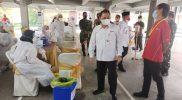Bupati Semarang Ngesti Nugraha saat meninjau pelaksanaan vaksinasi di pabrik jamu PT Sidomuncul. (Foto: Diskominfo Kab Semarang)