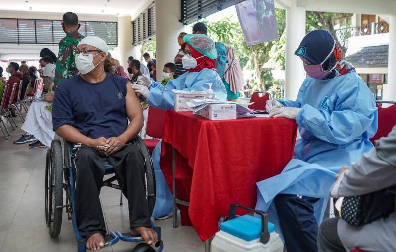Menkomarivest Luhut Binsar Pandjaitan targetkan vaksinasi di Sleman 15.000 Orang Perhari. (Foto: HUmas Pemda DIY)