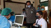 Wakil Walikota Yogyakarta Heroe Poerwadi meninjau pelaksanaan vaksin di SMPN 5. (Foto: Humas Pemkot Yogya)