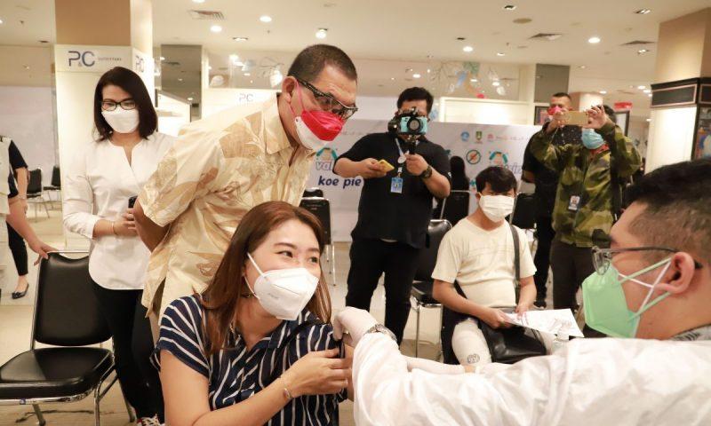 Wakil Walikota Teguh Prakosa saat meninjau pelaksanaan vaksinasi di Solo Paragon. (Foto: Humas Pemkot Surakarta)