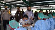 Wakil walikota Yogyakarta Heroe Poerwadi saat meninjau pelaksanaan vaksinasi. (Foto: Humas Pemkot Yogyakarta)