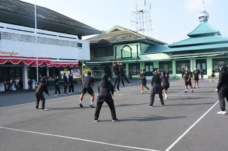 Danrem 072/ Pamungkas olahraga bersama anggotanya. (Foto: Penrem 072/Pmk)