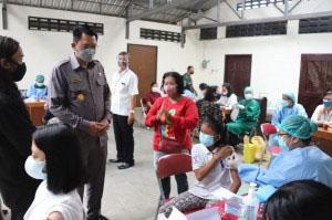 Wakil Bupati Sleman Danang Maharsa saat melakukan peninjauan vaksinasi massal di Gereja Katolik Paroki ST Yoseph Medari. (Foto: Humas Sleman)