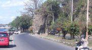 Watu Dodol berada ditengah ruas jalan yang menghubungkan Situbondo-Banyuwangi dan terletak 5 kilometer sebelum Pelabuhan Ketapang. (Foto: zainuri arifin)