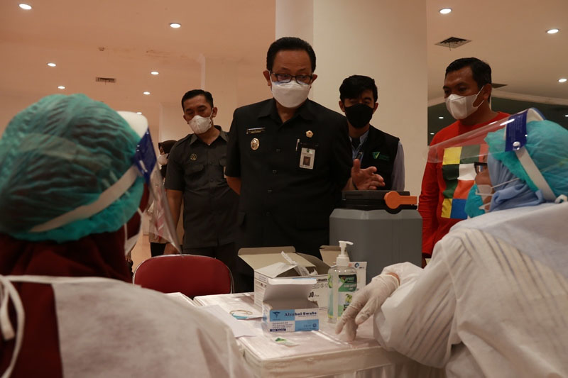 Wakil Walikota Yogyakarta meninjau kegiatan vaksinasi yang dikhususkan untuk warga disabilitas Kota Yogyakarta yang digelar di Taman Pintar. (Foto: Humas Pemkot Yogya)