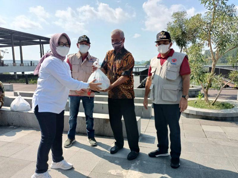 Pelaku wisata di Bukit Cinta menerima bantuan sembako dari Pemkab Semarang. (Foto:Diskominfo Kab Semarang)