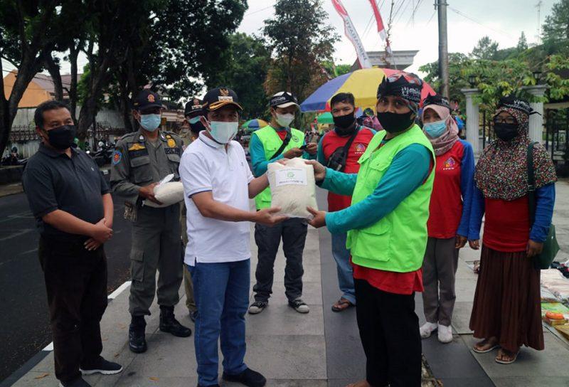 Selain terus memberikan edukasi akan pentingnya prokes, Pemkab Wonosobo juga memberikan bantuan sembako kepada warga masyarakat. (Foto: Humas Wonosobo)