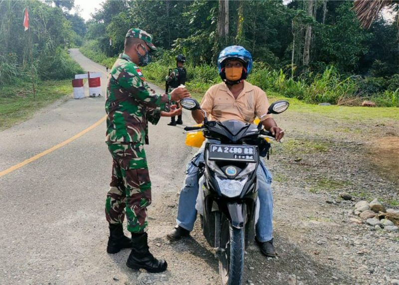 Prajurit Yon 512/QY bagikan menu makanan bergizi pada warga perbatasan. (Foto: Dokumentasi Yon 512/QY)