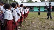 Prajurit Yonif 512/QY berikan motivasi semnagat belajar siswa SD di perbatasan.(Foto: Penerangan Satgas Yon 512/QY)