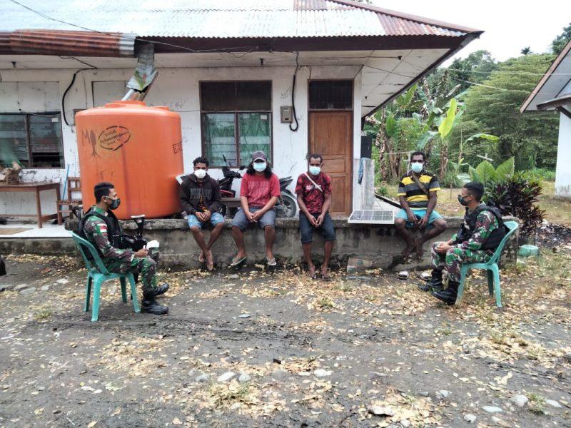 Prajurit Yonmek 512/QY tengah bertatap muka bersama warga perbatasan Papua-PNG.  (Foto: Penerangan Yon 512/QY)