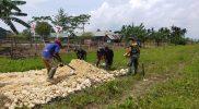 Prajurit Yon 512/QY bersama warga gotong-royong membuka akses jalan kampong. (Foto: Penerangan Yonmek 512/QY)