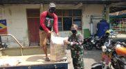 Serma Hartono mendistribusikan beras bantuan Kemenhan RI kepada masyarakat wilayah Kricak. (Foto: dokumentasi Koramil Tegalrejo)