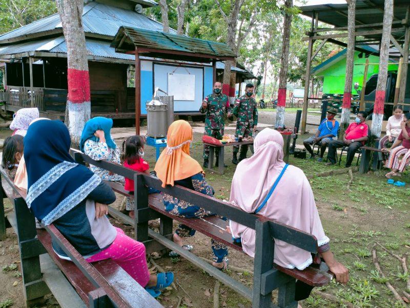 Prajurit Yonmek 512/QY berikan penyuluhan cara menolah hasil kebuh kepada warga perbatasan. (Foto: Penerangan Yon 512/QY)