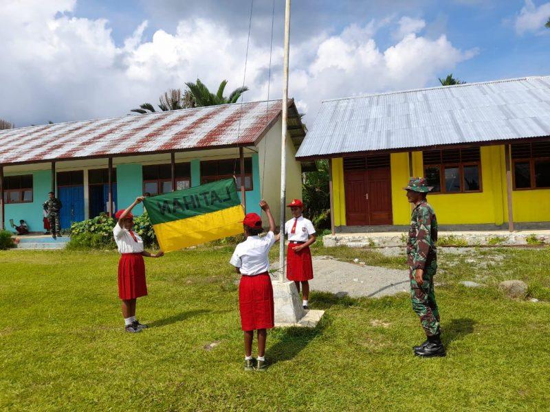 Prajurit Yon 403/WP melatih siswa SD laksanakan pengibaran bendera.  (Foto: Penerangan Yon 403/WP)