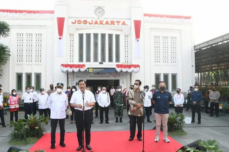 Luhut Binsar Pandjaitan secara resmi meluncurkan kereta api Yogyaakarta-YIA Kulonprogo.  (Foto: Penrem 072/Pamungkas)