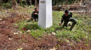 Prajurit Yonmek 403/WP laksanakan patrol patok batas. (Foto: Penerangan Yonmek 403/WP)