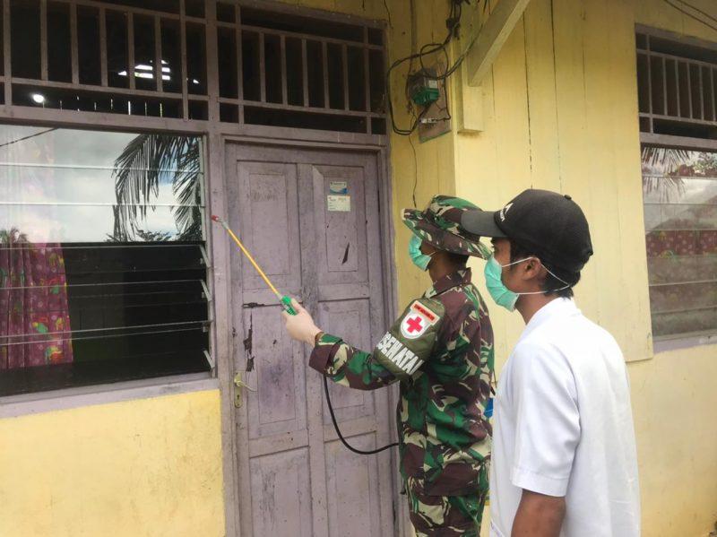 Prajurit Yon 512/QY lakukan penyemprotan disinfektan ke rumah-rumah warga. (Foto: Penerangan Yon 512/QY)