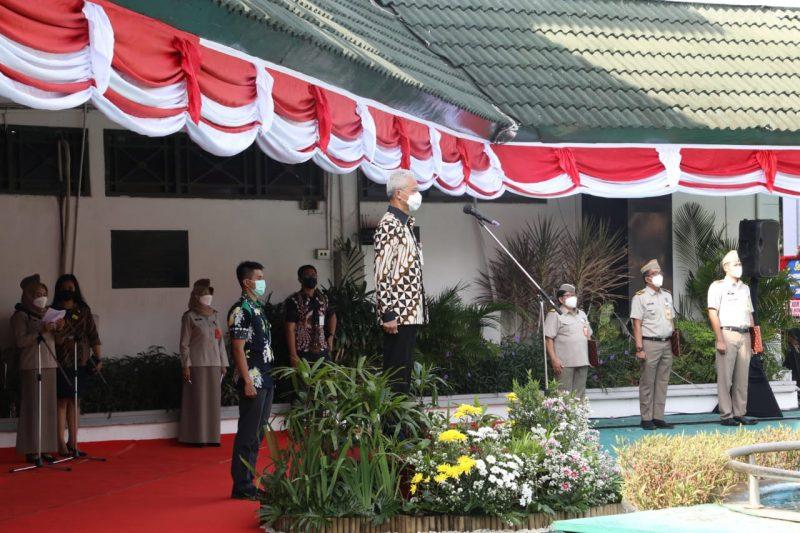 Ganjar Pranowo saat menjadi inspektur upacara dalam rangka peringatan Hari Agraria dan Tata Ruang Nasional 2021 di halaman Kantor Wilayah ATR/BPN Jawa Tengah. (Foto: Humas Jateng)