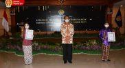 Gubernur DIY foto bersama para penerima penghargaan. (Foto: Humas Pemda DIY)