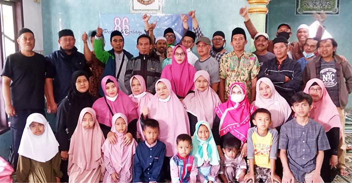 Alumni 86 SMPN Cicurug dan perwakilan anak yatim dan guru pendidik berfoto bersama usai acara. (Foto: Dokumentasi 86)