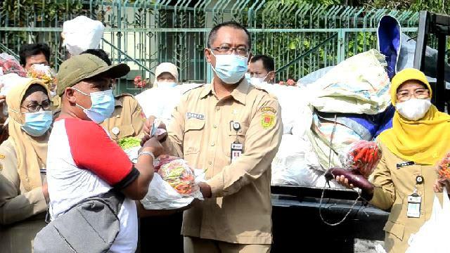 Membantu petani di saat harga anjlog, ASN di Kabupaten Magelang gelar aksi borong cabai dan sayur petani. (Foto: Humas/beritamagelang)