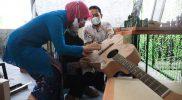 Atikoh menyempatkan diri membeli gitar batik di ajang UKM Virtual Expo. (Foto: Diskominfo Jateng)