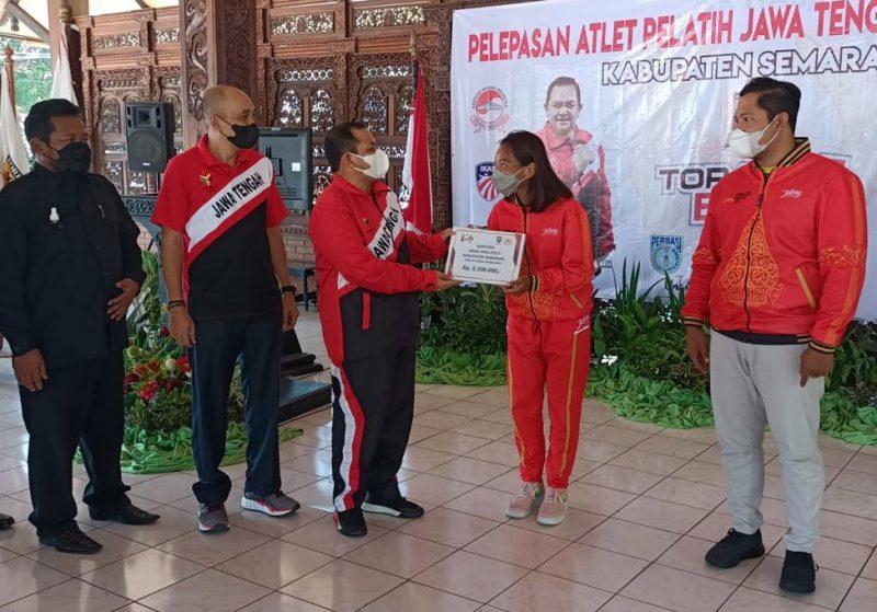 Bupati Semarang Ngesti Nugraha melepas atlet dan pelatih yang akan memperkuat kontingen Jawa Tengah di Pekan Olahraga Nasional (PON) XX 2021 di Papua ditandai dengan penyerahan uang saku. (Foto: Diskominfo Kab Semarang)