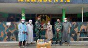 Prajurit Yonmek 512/QY serahkan bantuan Alquran. (Foto: Penerangan Yon 512/QY)