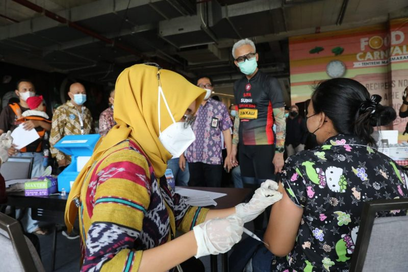 Ganjar Pranowo meninjau sentra vaksinasi yang digelar oleh Paguyuban Pedagang Mi dan Bakso (Papmiso) Indonesia di Mal Tentrem Semarang. (Foto: Humas Jateng)