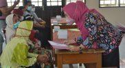 Bupati Purbalingga Dyah Hayuning Pratiwi saat menyerahkan bantuan untuk ODKB. (Foto: Diskominfo Purbalingga)