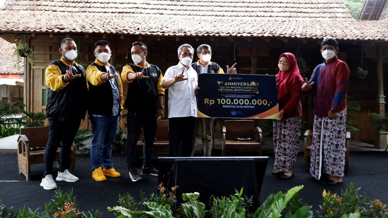 Viral Blast Global menyerahkan dana CSR senilai Rp 100 juta kepada Desa Wisata Sabdodadi. (Foto: Humas Kab Bantul)