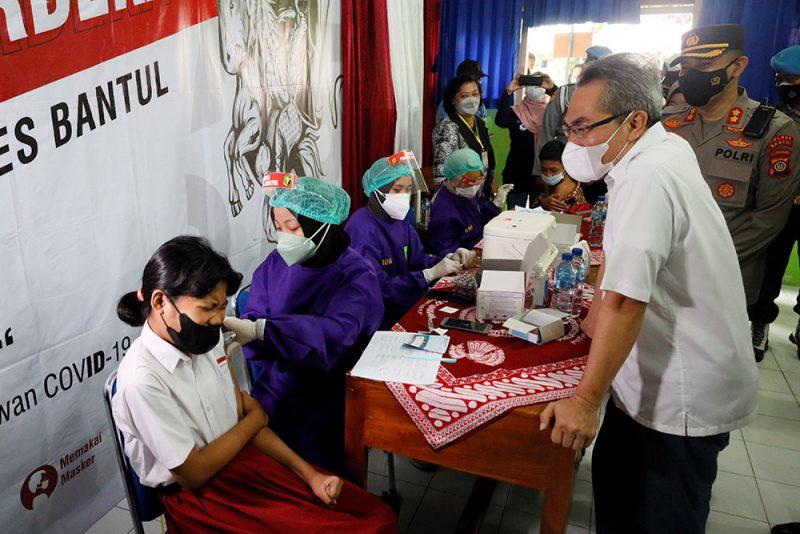 Bupati Bantul, H Abdul Halim Muslih bersama Kapolres Bantul, AKBP Ihsan, SIK melakukan monitoring pelaksaan vaksinasi Covid-19 untuk pelajar di SMAN 1 Pundong. (FotoL: Humas Kab.Bantul)