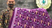Miftahudin Nur Ihsan dan batik bertema Covid-19 produksinya. (Foto: Humas Pemkot Yogya)