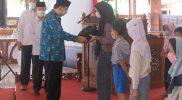 Bantuan secara simbolis diserahkan oleh Wakil Wali Kota Magelang KH M Mansyur di Pendopo Pengabdian kompleks rumah jabatan Wali Kota Magelang, Kamis (23/9/2021). (Foto: Humas Magelang)