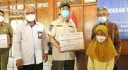Bantuan secara simbolis diserahkan kepada Wali Kota Surakarta, Gibran Rakabuming kepada warga masyarakat terdampak Covid-19. (Foto: Humas Pemkot Surakarta)