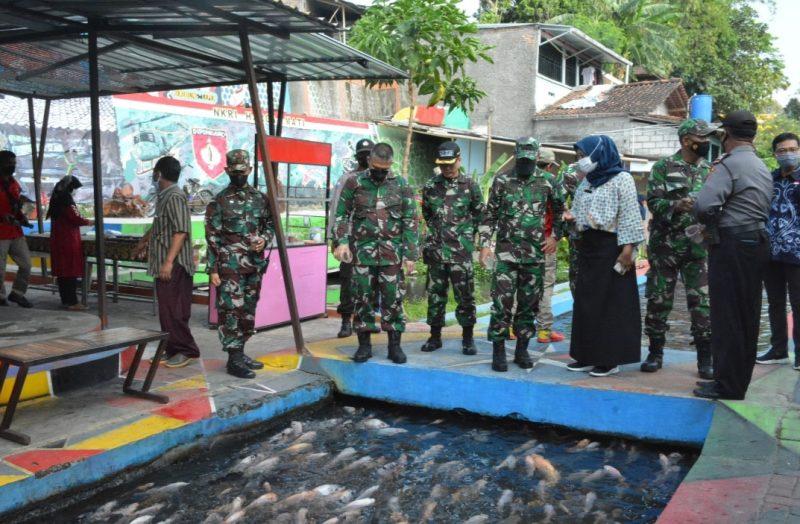 Tim penilai dari Pusat Teritorial Angkatan Darat (Pusterad) meninjau Kampung Ponggalan Giwangan Kotagede. (Foto: Humas Pemkot Yogya)