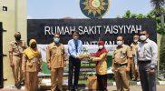 Dinas Pertanian bagikan buah segar untuk para nakes di Kabupaten Magelang. (Foto: Humas/beritamagelang)