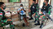 Prajurit Satgas Yonmek 512/QY bercengkrama bersama warga di perbatasan Papua-PNG. (Foto: Penerangan Yon 512/QY)